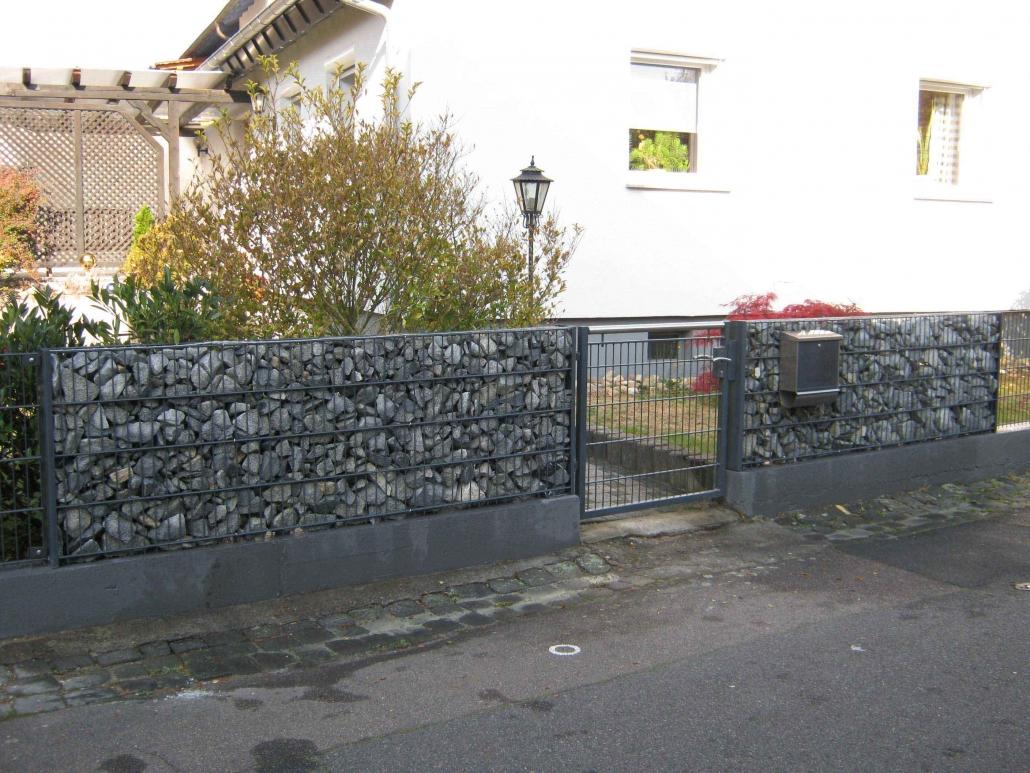 Stabgitterzaun in Kombination eines Steinzaun mit Eingangstor