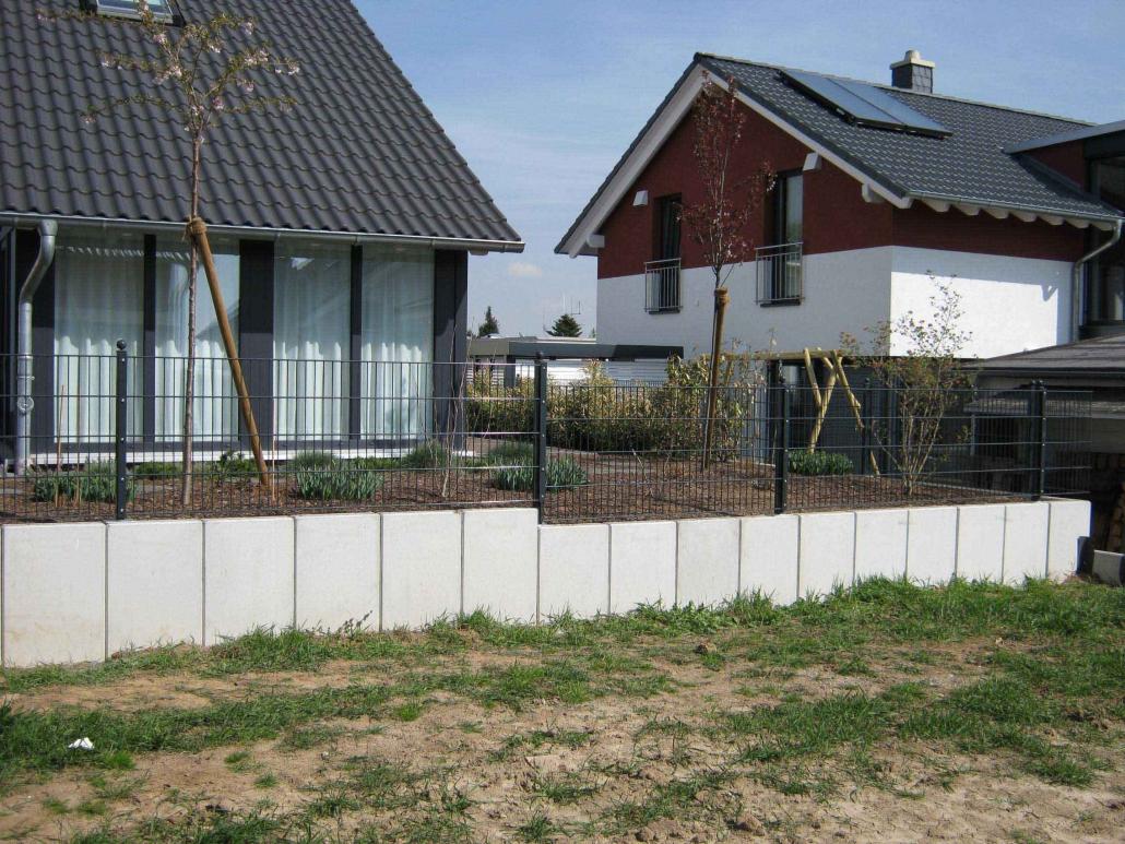 Stabgitterzaun auf Betonfundament