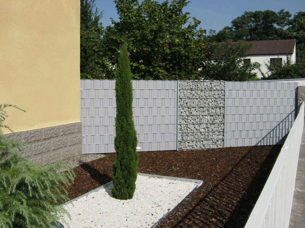 Sichtschutzzaun mit Steinzaun / Gabione
