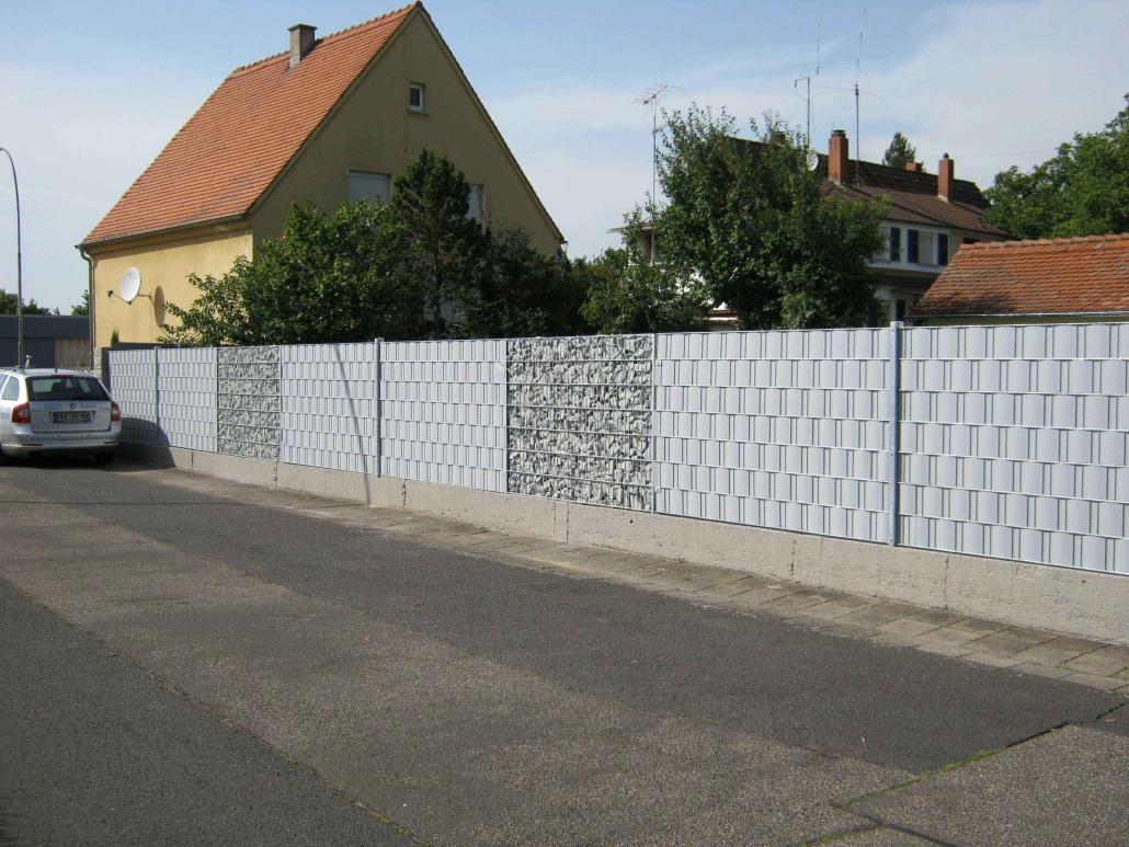 Sichtschutz an Stabgitterzaun mit Steinzaun / Gabione